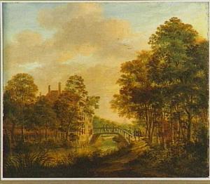 Galant gezelschap wandelt over een brug in een bosrijk landschap; links achter de bomen een buitenplaats