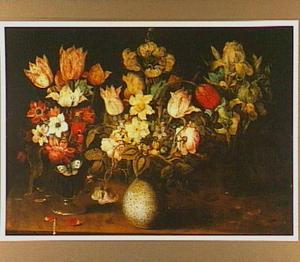 Stilleven van drie vazen met bloemen op een houten tafelblad