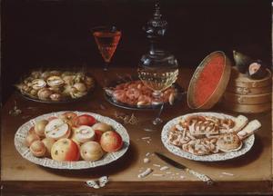Stilleven met vruchten, koekjes, spanen dozen en glaswerk