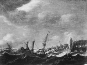 Zeegezicht met schepen voor een rotskust