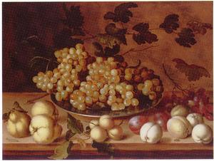 Kweeperen, perziken, pruimen en een tinnen schotel met druiven op een houten tafelblad