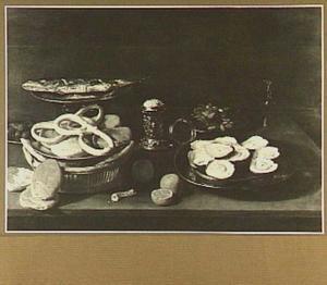 Stilleven met broodmand, bord met oesters, bord met noten en vis op bord
