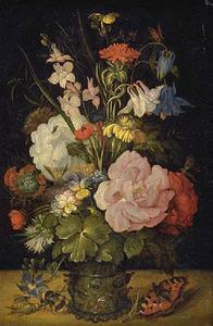 Bloemen in een roemer met een vlinder en een hommel