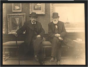 Portret van Geo Poggenbeek (1853-1903) en Johan Adolph Rust (1828-1915) in een schilderijenzaal