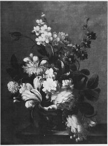 Stilleven van bloemen in een vaas op een houten blad