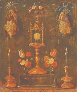 Een huisaltaartje met een monstrans omringd door bloemen en twee kaarsen
