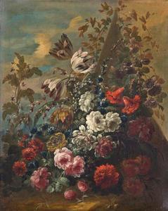 Rozen, tulpen en andere bloemen bij een pyramide in een landschap