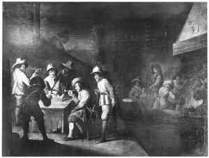 Rokende en kaartspelende soldaten in een wachtlokaal