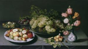 Bloemen in een porseleinen vaas en vruchten op tinnen en porseleinen schotels