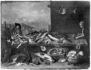 Twee mannen bij een kraam waarop verschillende vissen zijn uitgestald met een doorkijk naar een stadje aan zee en een schip