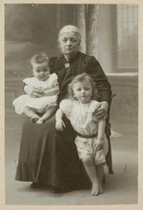 Portret van Dorothea Wilhelmina Beukman van der Wijck (1841-1917), Johannes Hendrik Otto (Bob) graaf van den Bosch (1906-?) en jhr. Louis Charles Mathildus (Charles) van den Bosch (1907-1937)