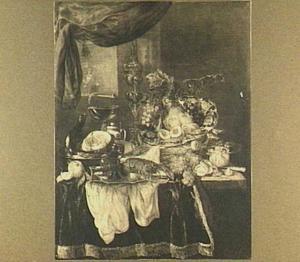 Stilleven met bokaal en vruchten, sierglas- en vaatwerk, kreeft en vlees, nis met pijp en twee glazen