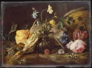 Stillevenmet bloemen, mais, citroen en een schedel op een rotsbodem