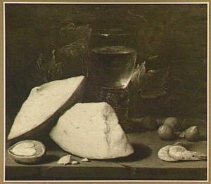 Stilleven met stukken kaas, roemer, druivenblad, halve walnoot, hazelnoten en twee garnalen