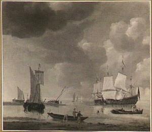 Kustgezicht met verschillende schepen met op de voorgrond drie roeiboten