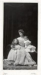 Portret van Jkvr. Pauline Adrienne van Lennep (1869-1947) en haar kinderen