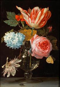 Bloemen in een vaas met een passiebloem