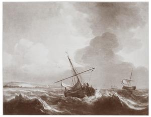 Schepen op een woelige zee voor de kust