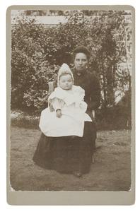 Portret van Maria Theresia Jacoba van Hall (1860-1921) en Christina Elisabeth Moorrees (1898-...)