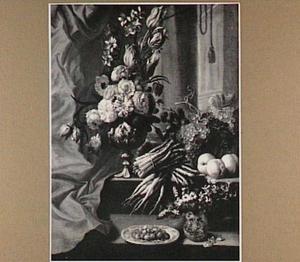 Stilleven van groenten, vruchten en een geornamenteerde vaas met bloemen in een architecturaal decor