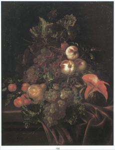 Stilleven van druiven en perziken, een peer en een aangesneden watermeloen op een deels met een rood kleed bedekte tafel