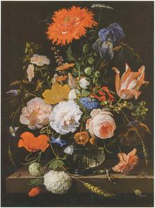 Bloemen in een glazen vaas, met insecten en slakken, op een stenen plint