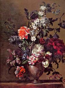 Bloemstilleven in een vaas op een marmeren blad met chrysanten, tulpen, kamperfoelie en kersenbloesem