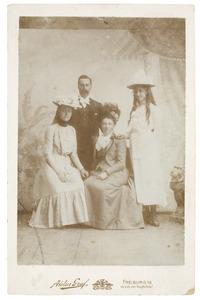 Portret van Adrianus van Rossum (1855-1917), Johanna Maria Coster van Voorhout (1855-1946) en twee dochters