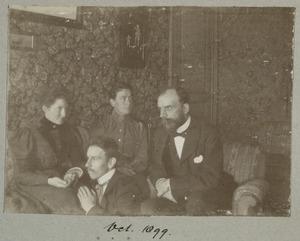 Portret van Henri Logeman (1862-1936), waarschijnlijk Dina Samuela van der Willigen (1864-1925) en een onbekende man en vrouw