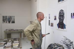 Ronald Ophuis werkend in zijn atelier