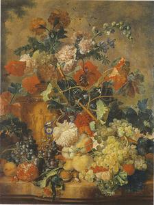 Fruit en bloemen op een marmeren blad met een terracotta vaas gevuld met stokroos, goudsbloemen en andere bloemen, voor een landschap met bomen