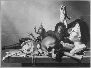 Vanitasstilleven met antiek beeldhouwwerk, een doodshoofd, een zwaard, twee portretjes, een olielampje en andere voorwerpen gerangschikt op een stenen tafel