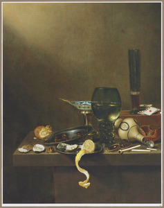 Stilleven met glaswerk, omgevallen steengoed kruik, zoutvat en andere voorwerpen op een houten blad