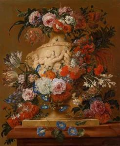 Bloemen rondom een met putti gedecoreerde vaas