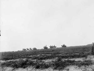 Groep militairen op paarden tijdens een militaire manoeuvre