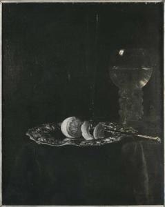 Stilleven met glaswerk en een geschilde citroen op een zilveren schaal