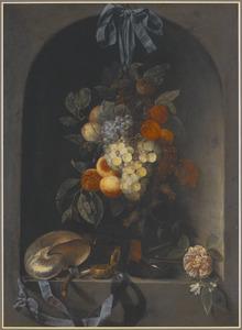 Stilleven van hangend fruit voor een nis, een nautilusschelp, rookgerei en een horloge