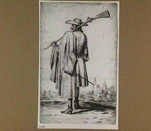 Staande man met geweer over zijn schouder, op de rug gezien