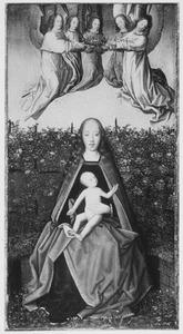 Maria met kind zittend op een zodenbank, door engelen gekroond