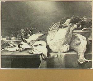 Stilleven van gevogelte en een porseleinen schaal met pruimen