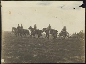 Militairen te paard tijdens een manoeuvre