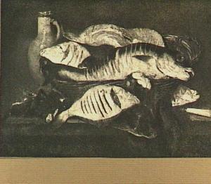 Visstilleven met kabeljauw, zalm en schol in mand, mosselen een mes en kan met deksel