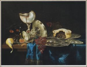 Stilleven met een nautilusbeker, zilveren tazza en tinnen borden met een pastei en vruchten
