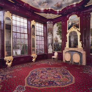 Zaal met wand- en plafondafwerking in Marot-stijl voorzien van landschapsbehangsels, hoekstukken, schoorsteenstuk en plafondschildering