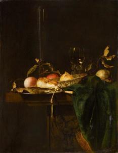 Stilleven met vis, brood, fruit en wijn op een stenen tafel met groen kleed