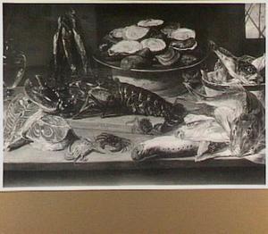 Visstilleven met krabben, oesters, kreeft en kat