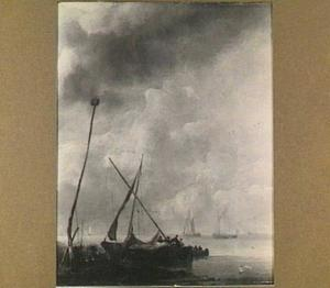 Riviergezicht met een aangemeerde zeilboot en in de voorgrond twee hengelaars