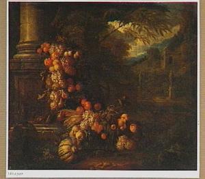 Festoen van vruchten bij het basement van een zuil in een tuin