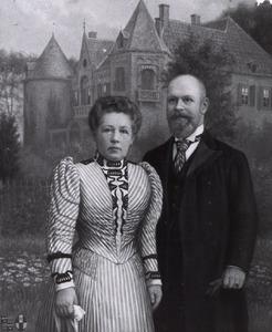 Portret van  Ernst Willem baron van Wassenaar (1863-1954) en Jkvr. Anna Maurice Adrienne van Kretschmar (1861-1920), op de achtergrond kasteel Nederhemert