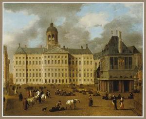 Gezicht op de Dam in Amsterdam met het Stadhuis, de Waag en daarachter de Nieuwe Kerk